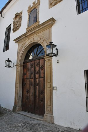 Trujillo, Spania: Street view of front.