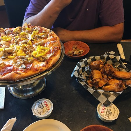Buzzy's New York Style Pizza: Best Wings on both sides of border