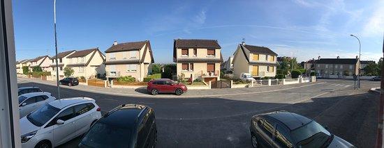 Fagnieres, France : Zicht vanuit kamer 120 op het gelijkvloers