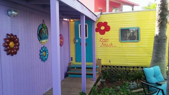 Crystal Beach, TX: 32 foot reclaimed camper with KING bed 20 feet from the water