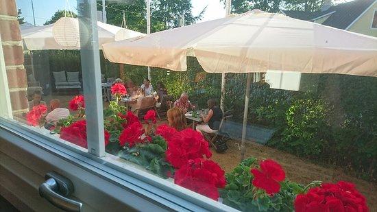 Restaurang Carl Fredrik: Panacotta, grillspett,  uteplats, meny