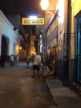 La Bodeguita del Medio: Pintorezca calle donde se encuentra La Bodeguita