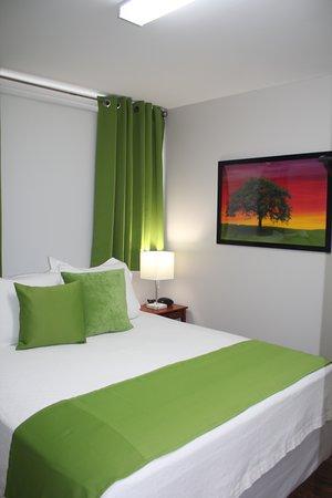 New Liskeard, Canada: Queen Size Bed Fresh Green A Share Bathroom