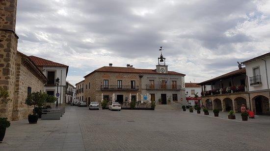 Province of Cordoba, Spain: Plaza del pueblo con iglesia de estilo, se ve el hotel al fondo.