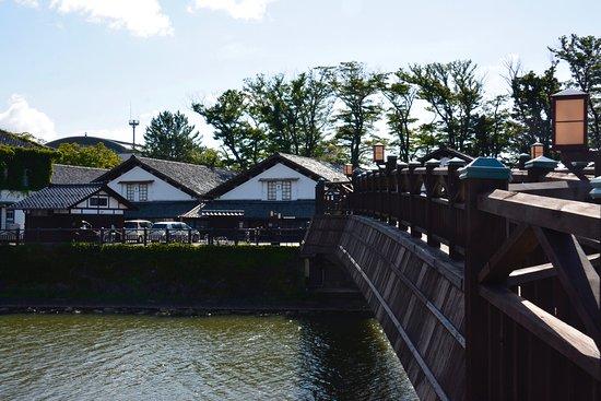 Sankyo Soko Storehouse: 橋の手前から倉庫群を見る