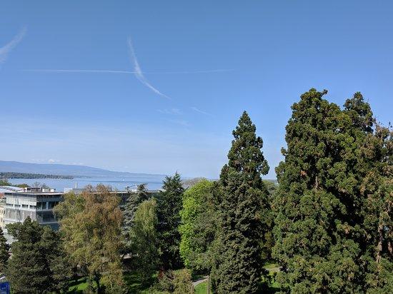 Eden Hotel Geneva : View from balcony of Parc de La Perle du Lac across the street