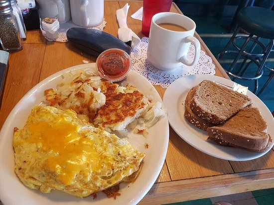 Polly's on the Pier: Omelette, hash browns and wheat toast.