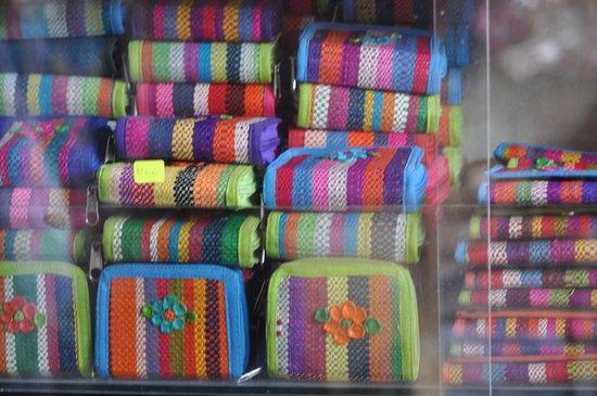 Mercado Artesanal de Monsefu: Cintas de tela para poder hacer artículos como carteras.