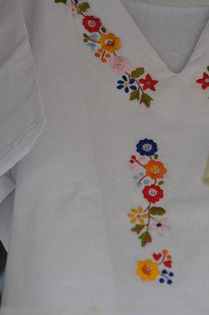 Mercado Artesanal de Monsefu: Blusa con bordados de color