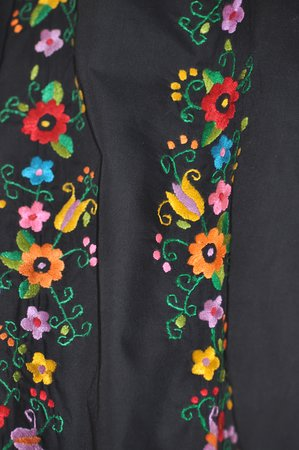 Mercado Artesanal de Monsefu: Bordados sobre tela negra.