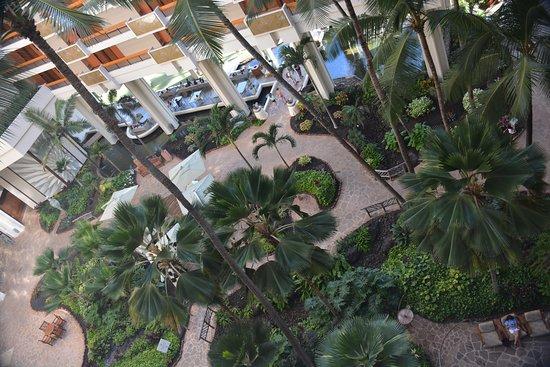 Hyatt Regency Maui Resort and Spa : View of atrium from our floor.