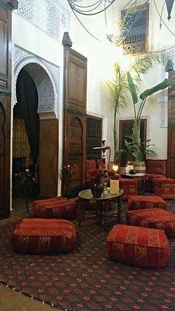 Riad Oumaima: Salón donde se encuentra la piscina, es el corazón del riad