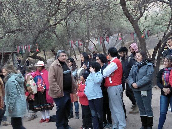 Londres, Argentina: se junta el pueblo y los visitantes, una nativa aborigen dice que se festeja,  luego se homenaje