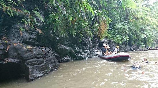 在巴厘岛的爱咏河上激水漂流照片