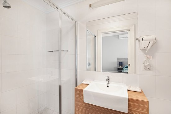 The ensuite of our deluxe room at the Murray Bridge Hotel