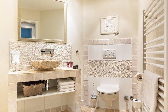 Badezimmer mit ebenerdigen Duschen und hochwertigen ...