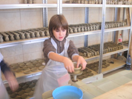 Arges County, Rumänien: Kids love learning the art of Pottery