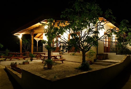 Ionia Guest House: Cafe terrace by night.