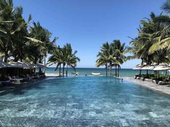 Fusion Maia Da Nang: ホテルプールからビーチへの眺めはイイです