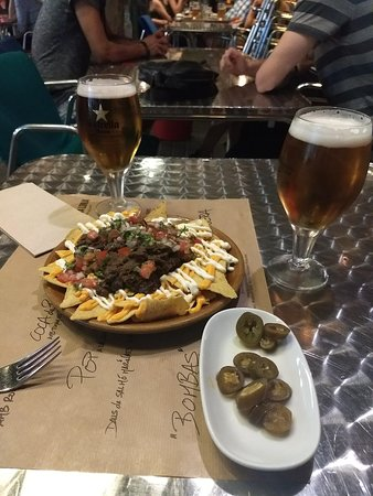 Celler de Tapas - Universitat: Nachos con queso y salsas