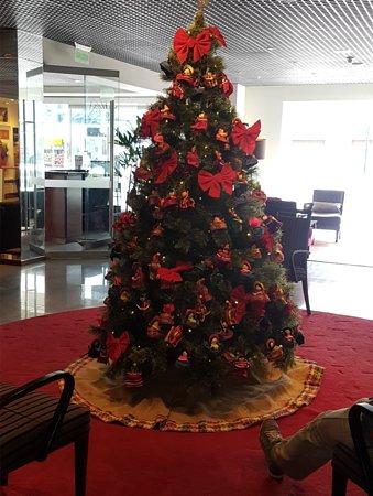 Casa Andina Premium Miraflores: Lovely Xmas tree at the reception area