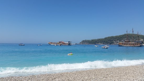 Akdeniz Beach Hotel: Very near boats for optional excursions.