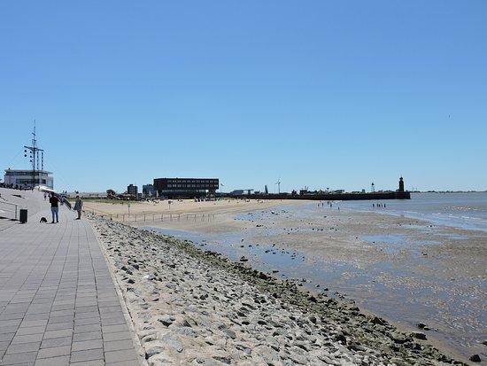 Willy Brandt Platz and Weser Dyke - Havenwelten: Willy Brandt Platz and Weser Dyke, Bremerhaven, Alemania.