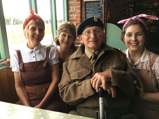 Horsey, UK: We went in 40s outfits - highly recommended to add to the fun!