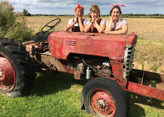 Horsey, UK: Land girls taking a break by the old tractor in the carpark!
