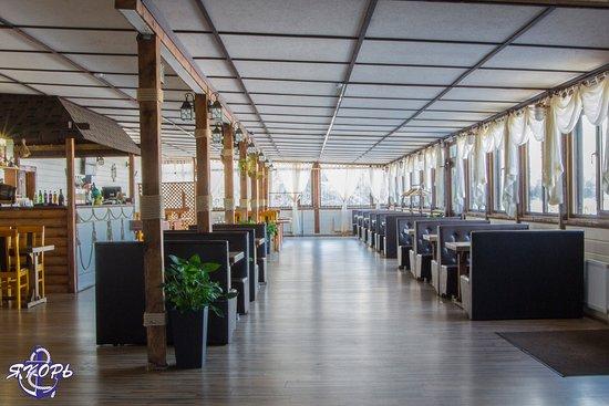 Yakor Cafe: Свежий воздух и завораживающая панорама Невы с видом на Вантовый мост!