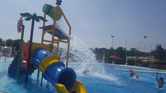 Sernaglia Della Battaglia, Италия: Nuovo scivolo vasca grande con gioco d'acqua