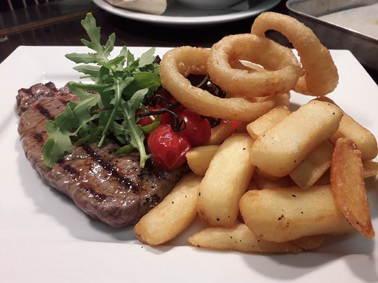 ‪‪Newnham‬, UK: Rib eye steak with vine tomatoes and gourmet chips‬