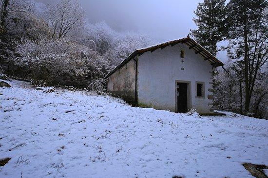Budoia, Italia: Chiesetta di San Tomé in versione invernale. (foto Paolo Burigana)