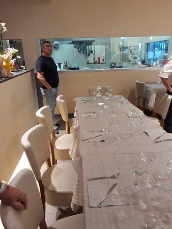 Tavoli e cucina a vista - Foto di Ferrieri, Roma - TripAdvisor