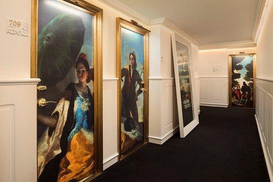 Hotel Colón Gran Meliá: Pasillos con recreaciones de pintores