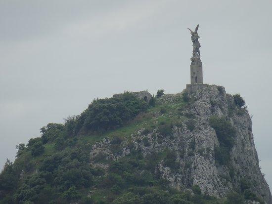 Viviers, فرنسا: St Michael's Statue