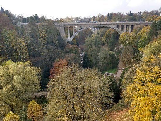 Luxembourg District, Luksemburg: Ao fundo Ponte Adolphe
