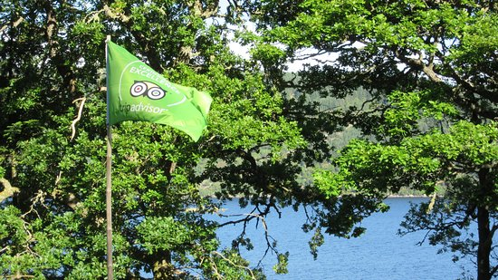 Glenmoriston, UK: So proud of our certificate of Excellence flag in our garden