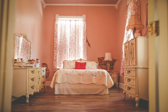 Vienna, IL: Victorian Room is a Queen-Size Suite and is also Handicap accessible