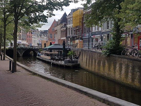Grandcafe Restaurant Onder de Kelders Leeuwarden: Beläget i kanalen