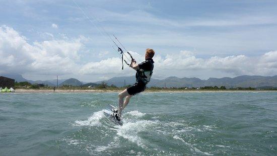 Kitesurfing Club Mallorca: nejlepší kite spoty v Mallorce se naučíte kitesurfing s katedrálou v Mallorce v červenci