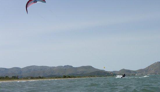 Kitesurfing Club Mallorca: Majorca Kiteschool impara i salti in Pollensa kitespot a luglio