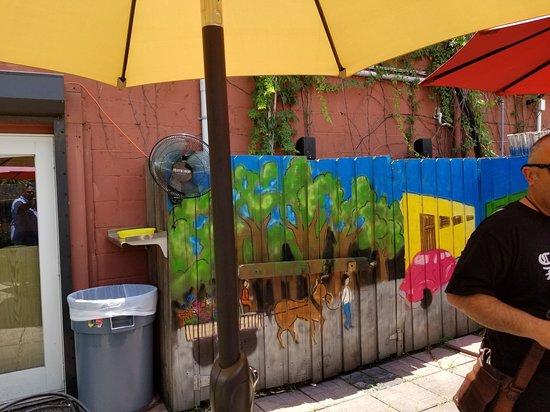 Hola! Cuban Cafe: outside seating area