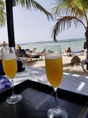 El Dorado Seaside Suites: Cheers on the beach!