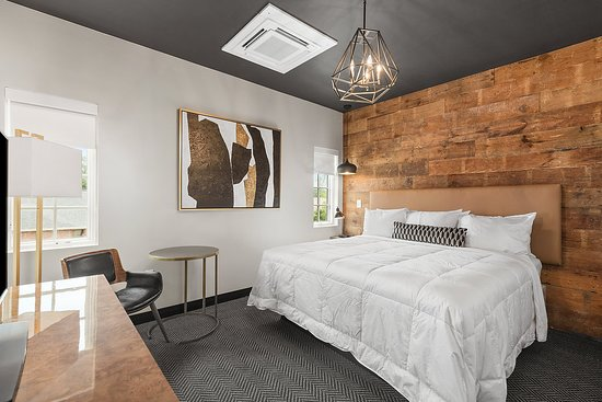 The Collegiate Hotel: Reclaimed Boards make this King Room extra cozy