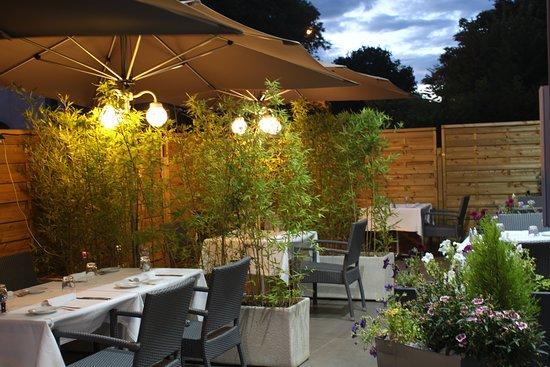 Saint-Martin-de-Londres, France: La terrasse pour dîner en toute détente...