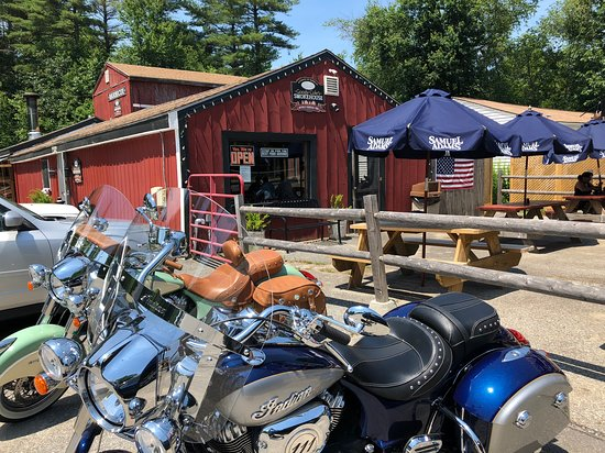 Brentwood, NH : outside tables ease the crowd inside
