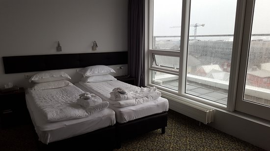 CenterHotel Plaza : Love the windows by the bed for fresh air