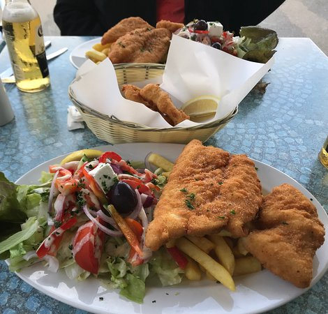 Fish Online Seafood Cafe: Delicious, beautifully cooked fresh snapper lunch. The best calamari as well