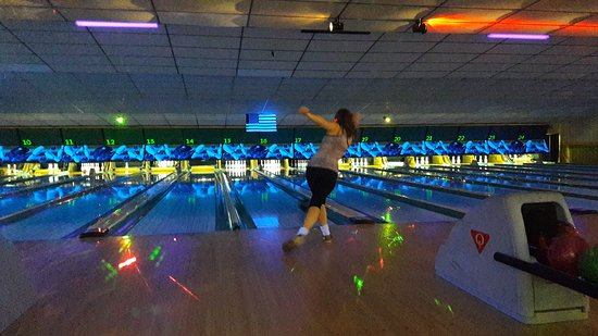 Fairmont, Virginia Occidental: Laser light bowling is fun!